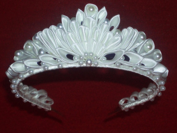 This stunning tiara is made of satin ribbon.Each petal is folded individually by tweezers. The petals are sewed up by a thread. Height-47 mm Diameter-12 cm X 15 cm Thank you for taking time to have a look !