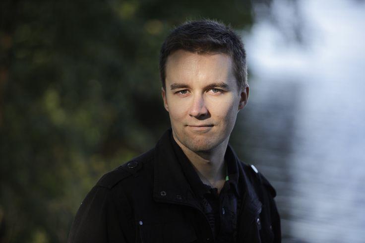 Mikko Kamula -  Maaliskuussa liikumme maahisten mailla, hiisipuiden alla kirjailija Mikko Kamulan kanssa.