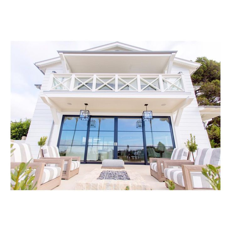 Outdoor living, pretty white exterior Hamptons style #hamptonsstyle