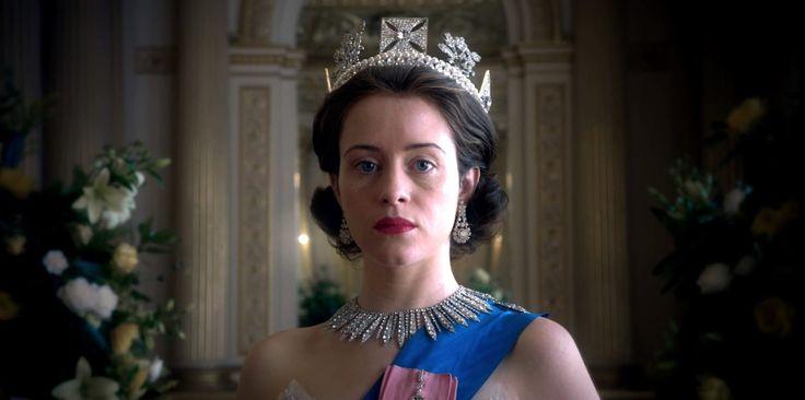 A ver, es una serie que te cuenta la historia de la reina de Inglaterra. O sea, hay salas de té, coronas, el Palacio de Buckinham, moquetas, pastitas y señoras que todavía son jóvenes y que mantienen una lucha interna entre su deber y sus sentimientos. Es decir, es todo lo que estabas buscando.