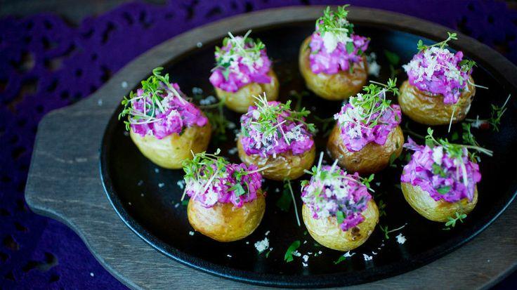 Bakte små poteter med rødbetsalat og pepperrot - Som et alternativ kan du toppe potetene med en deilig sildesalat.