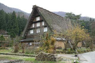 飛騨の世界遺産、白川郷にある合掌造りの民家です。独特の茅葺屋根が日本文化の粋を表していて郷愁をそそります。