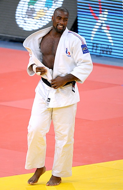 Teddy  Riner entrain de mettre son kimono