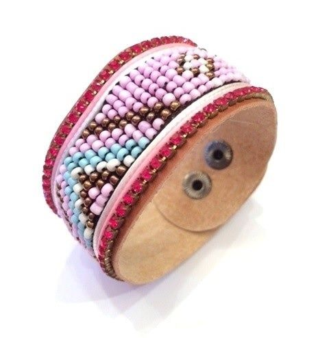 Luxe lederen ibiza look armband met mooie rode strass steentjes en kralen (pastel paars) in een aztek creatie.