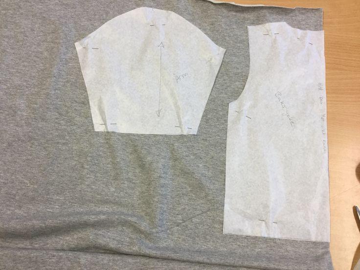 2. Lägg ut delarna maskrakt och fram- och bakstycket mot vikt kant.