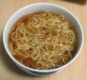 お湯で溶かすだけ!簡単醤油ラーメンスープ お湯で溶かすだけ!簡単醤油ラーメンスープ 材料を全てお湯で溶かすだけの簡単特急醤油ラーメンスープ。でも安いチェーン店と同等かそれ以上の味。家ランチ用の覚書。 ミツロウ ミツロウ 材料 (1人分) めんつゆ(3倍濃縮) 大さじ3 鶏がらスープのもと 大さじ1/2 お湯 200ml にんにく(チューブすりおろし) 少々(お好みの量) ごま油 少々(お好みの量) カロリー・塩分を計算