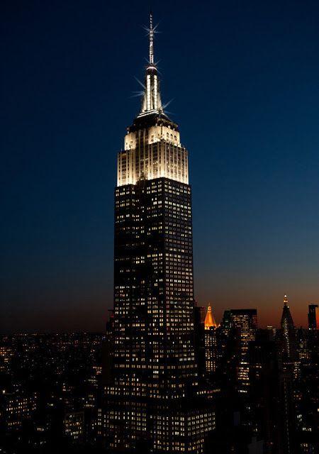 Edificio Empire State emitirá chispas en la cima cada hora #ESBsparkle   El edificio más famoso del mundo revela nueva iluminación dinámica tradicional en temporada de horario de verano  Nueva York 12 de marzo de 2018 /PRNewswire/ -- El Edificio Empire State (ESB por su sigla en inglés) anunció hoy que sus luces LED mundialmente famosas se prenderán a diario por cinco minutos cada hora entre la puesta de sol y las 2:00 a.m. horario del este. Las chispas a cada hora empezarán el domingo 11 de…