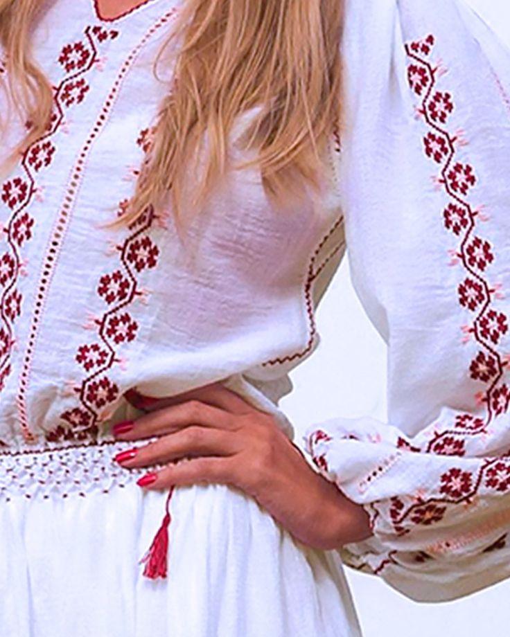 Lasa-te cucerita de frumusetea delicata a Florilor de Cires, cusute cu maiestrie pe aceasta rochie traditionala, brodata manual. Diafana si feminina, rochia este confectionata din panza fina de bumbac alb si este decorata cu motive florale, cusute manual cu bumbac in nuante dulci, de visinu prafuit si roz. Broderia eleganta este pusa in valoare de sirurile de dantela sub forma de gaurele ornamentale, numite sabace. Aceasta rochie traditionala cu maneca lunga este decorata pe piept, maneci…