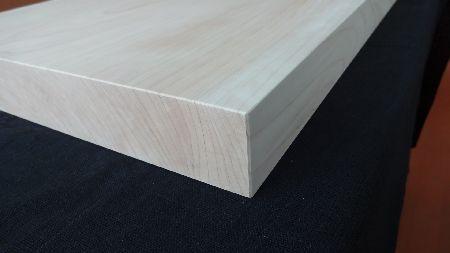 厚みの厚ひのきは包丁の刃を優しく包みます。