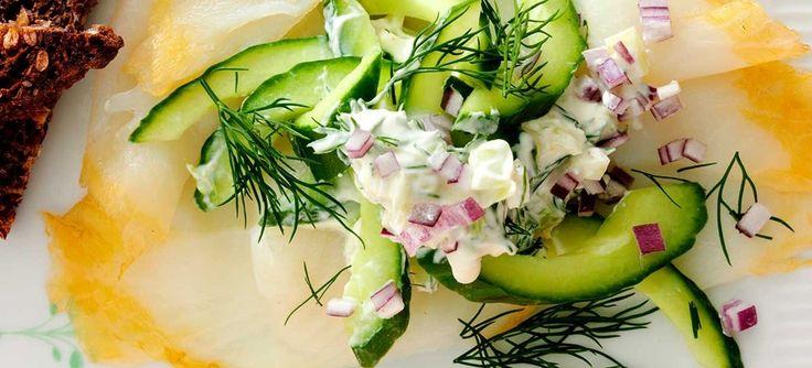 Røget hellefisk med agurke-fennikelsalat, hjemmelavet dressing og ristet rugbrød. Velegnet som forret. Klik her og se opskriften