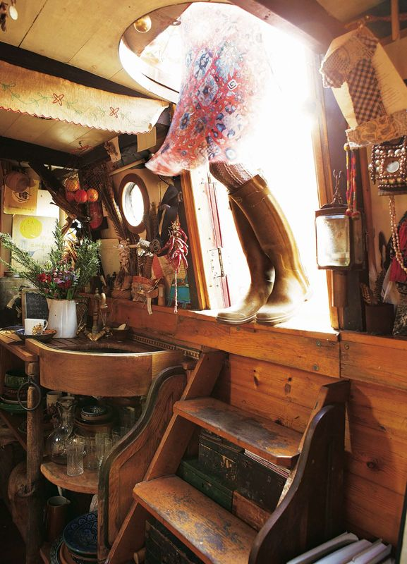 Emma Freemantle welcomes us aboard her floating home. Photographed by Brent Darby. « Sarah Kaye Blog