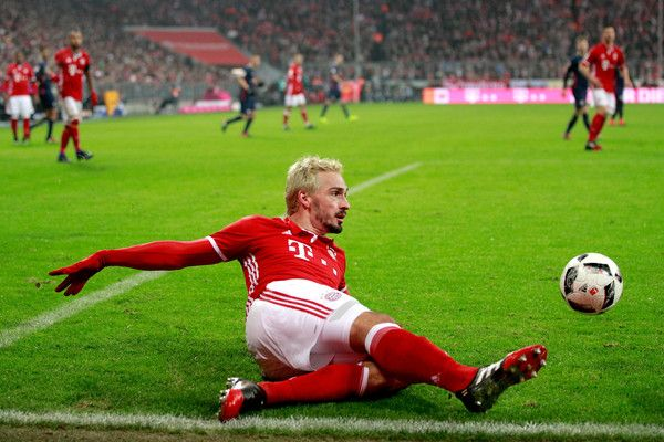 Mats Hummels Photos Photos - Mats Hummels of Bayern Muenchen attempts to keep the ball in play during the Bundesliga match between Bayern Muenchen and RB Leipzig at Allianz Arena on December 21, 2016 in Munich, Germany. - Bayern Muenchen v RB Leipzig - Bundesliga