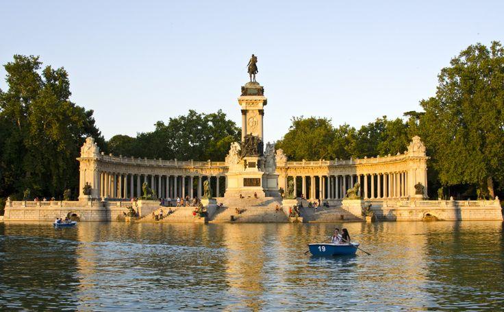 Durante el verano los habitantes de Madrid salen a la calle para disfrutar del buen tiempo. Con el fin de refugiarse del sofocante calor, los madrileños se pasean por centros comerciales, piscinas …