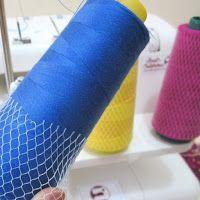 Cómo colocar correctamente los carretes o conos de hilo en la máquina de costura overlock