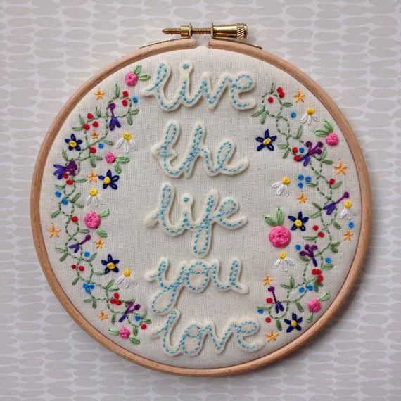 Una mano bellamente bordado 6 aro cubierto con docenas de coloridas flores y el texto vivir la vida que amas.  Por favor no dude en contactarme si tienes alguna duda. Como estas se hacen por encargo pueden hacerse con una frase corta diferentes.