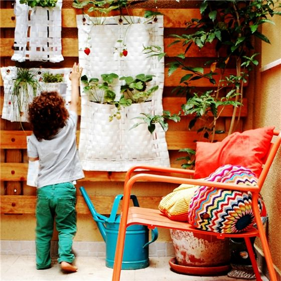 This great hanging garden planter is made from recycled advertising signs, and is ideal for hanging in yoiur garden or patio. It's ideal for Straw ...