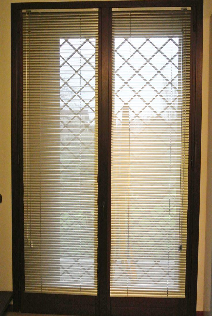 Le mini-veneziane possono essere la soluzione migliore per chi vuole arredare la finestra trovando un'idea semplice e divertente. L'esempio che troviamo in foto rappresenta la versione a lamelle più piccole da 15 mm, disponibili anche da 25 mm o 50 mm. Il colore giallo sole, così come le pareti mantiene viva la luminosità dell'appartamento.