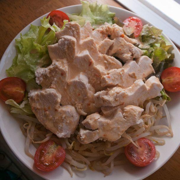 【nanapi】 サラダのワンプレートでお腹いっぱいになる棒棒鶏(バンバンジー)風サラダを作ってみました。材料(1人分)鶏胸肉:1枚もやし:1袋ミニトマト:3個レタス・サニーレタス:各1〜2枚練りごま:大さじ1豆板醤:小さじ1/2料理酒:大さじ1酢:小さじ1作り方(調理...