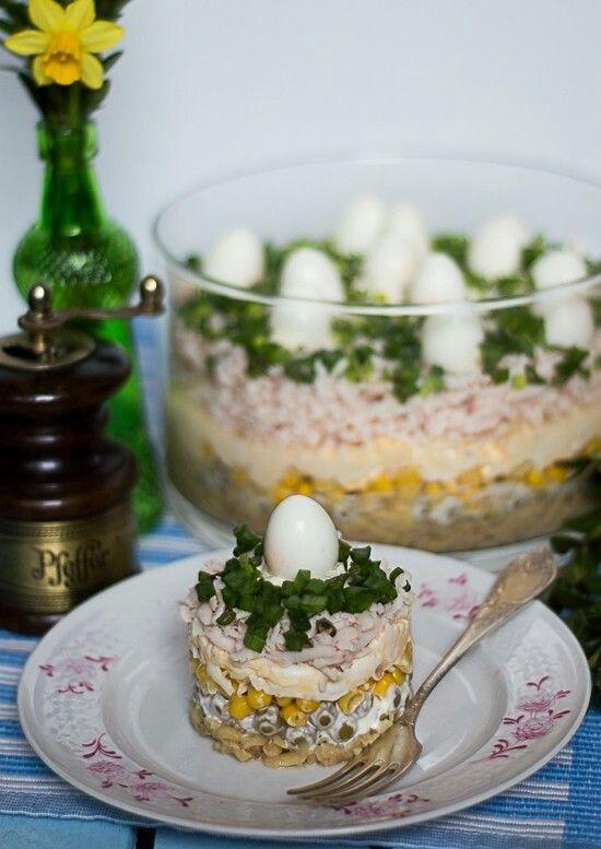 Sałatka warstwowa:  1.Pieczarki marynowane (850g) - tarka grube oczka 2. Groszek (puszka) + majonez + pieprz 3. Kukurydza (puszka)  4. Jajka (6 L) + szynka drobiowa (400g) - tarka duże oczka + majonez + sól,pieprz 5. Kleksy majonezu + jaja przepiórcze + szczypiorek