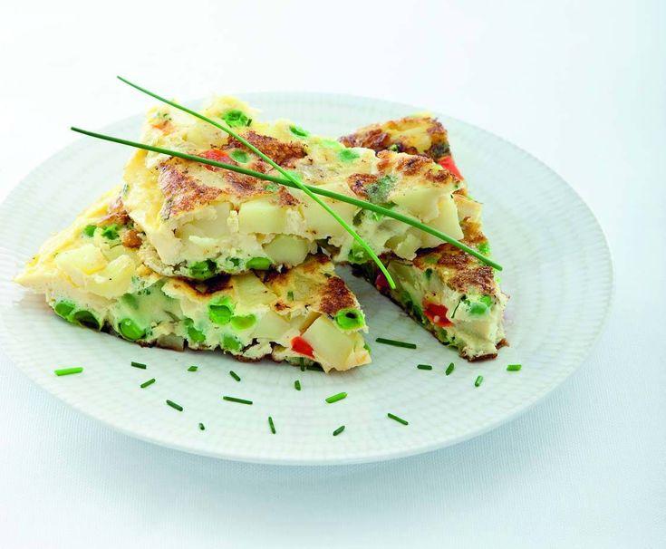 Tortilla di patate e piselli con scalogni ed erba cipollina