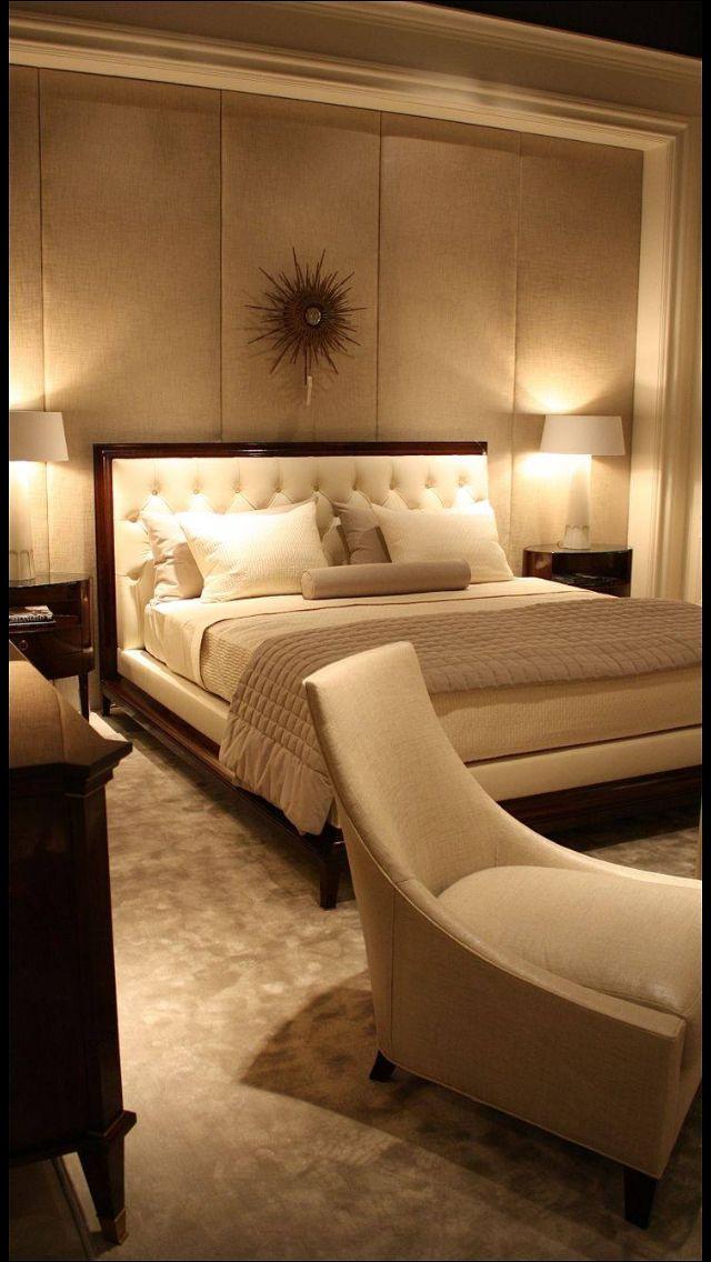 Camera da letto in tinta panna e legno scuro..