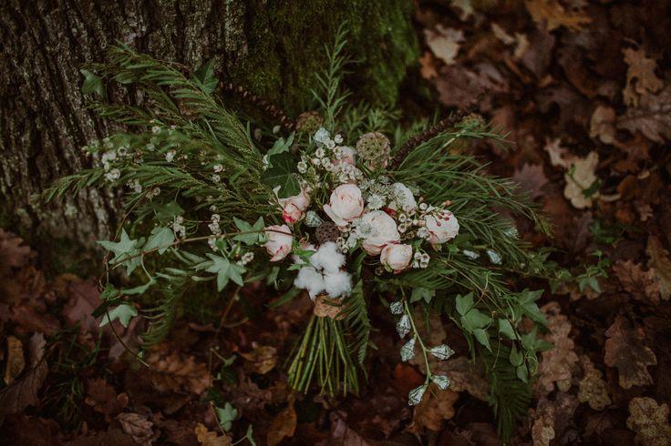 wedding session in the forest / bridal bouquet / autumn forest / leśna sesja ślubna / sesja w lesie / leśna miłość / fot. Kamila Piech