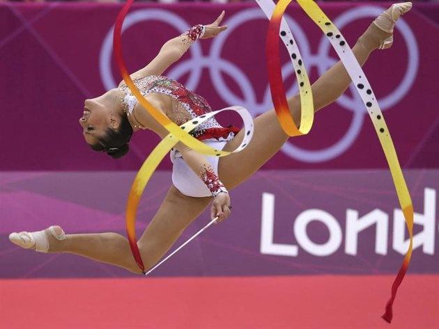 LN16 LONDRES (REINO UNIDO) 10/08/2012.- La gimnasta española Carolina Rodriguez realiza su ejercicio de cinta en la ronda de clasificación individual de la competición de Gimnasia Rítmica en los Juegos Olímpicos de Londres (Reino Unido) hoy, viernes 10 de agosto de 2012. EFE/Sergei Ilnitsky