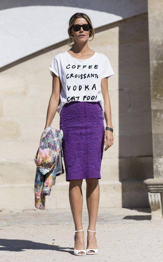 Ultra violet: 11 Looks com a cor eleita pela Pantone para dominar 2018. T-shirt branca com estampa gráfica, saia midi gráfica roxa, sandália branca de salto