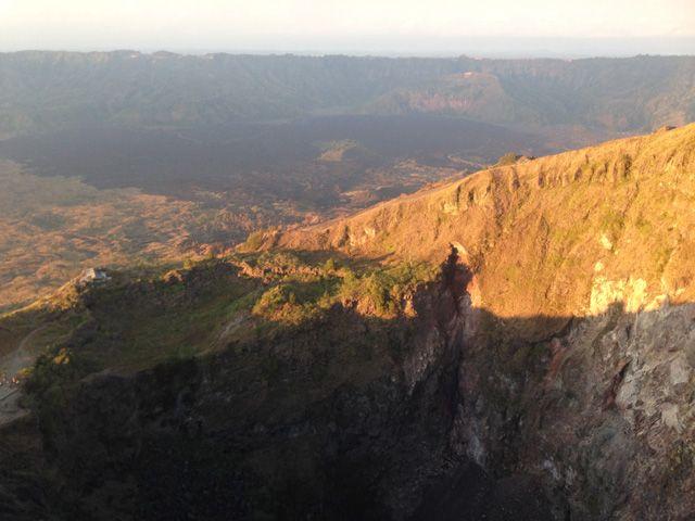 Mengejar Matahari Terbit di Gunung Batur Bali  Mencapai puncak gunung ini dapat diselesaikan dalam waktu sekira satu jam. Walaupun begitu, gunung ini tetap tidak boleh dianggap enteng. Cuaca tropis Bali yang dikombinasikan dengan ketinggian gunung, suhu udara dan kondisi cuaca yang dapat berubah dengan tiba-tiba dapat membuat perubahan pada medan pendakian dan resiko-resiko mendaki gunung seperti tergelincir bisa saja terjadi.