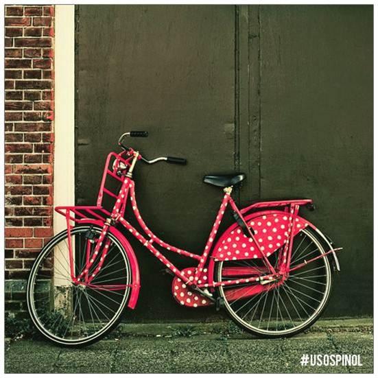 Si saliste a andar por el patio en bici y sufriste una caída manchando el cemento de sangre, Pinol te ayuda a desmancharlo, aplícalo directo sobre la mancha, talla y enjuaga. #UsosPinol