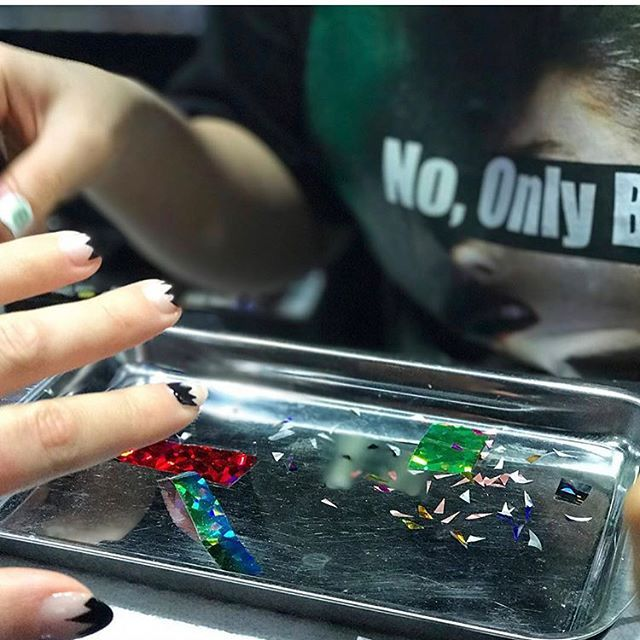 ❤️💅🏻#Repost @crimewatcher ・・・ Master at work. Thank you Sophie and Hee for your creativity and fun! See you next time I'm in Seoul 😉 . . . #adventuresinseoul #unistella #nailart #apgujeong #💅🏻