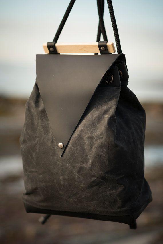 Sac à dos minimal en cuir noir / poignée en bois d'érable / sac à dos coton ciré et cuir / ganse en corde d'escalade /sac à dos en cuir noir