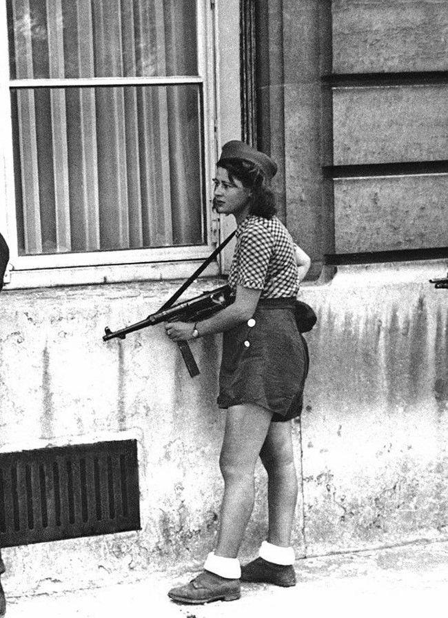 Simone Segouin, uma jovem de 18 anos de idade combatente da resistência francesa, durante a libertação de Paris. – 1944