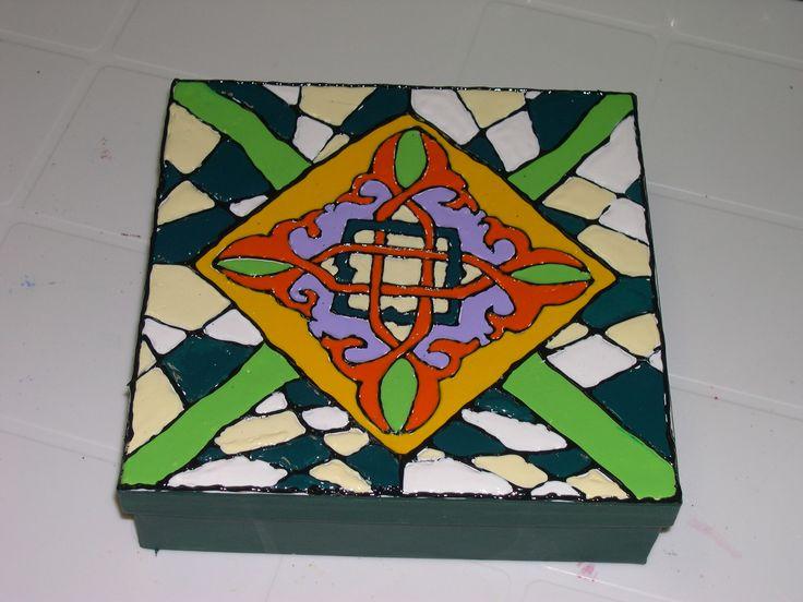 Caixa decorada com tinta Mosaico Acrilex