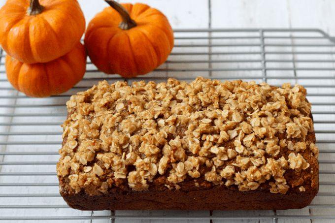 A light and healthy applesauce pumpkin bread with a crunchy streusel crust! | FamilyFoodontheTable.com