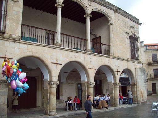 Palacio de Piedras Albas, también en la Plaza Mayor, junto a la Calle de Sillerías.