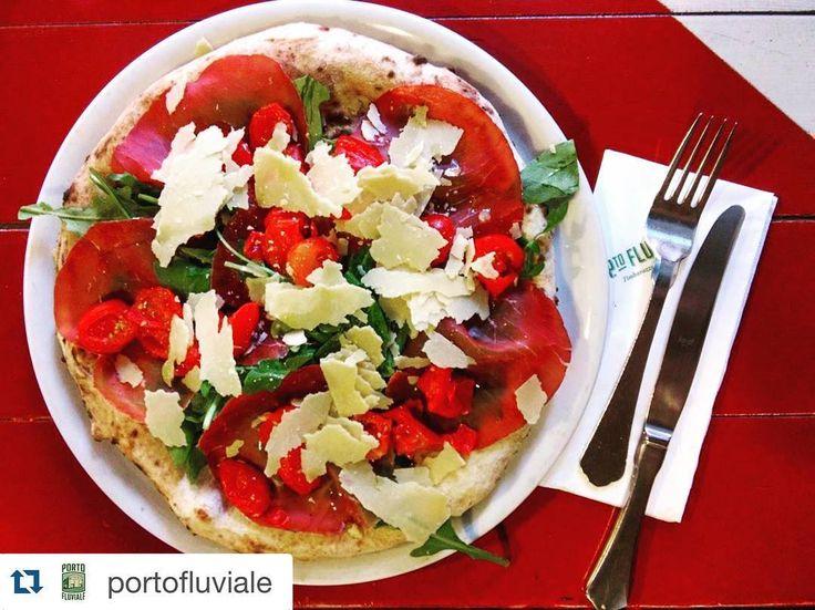 #Repost @portofluviale with @repostapp.  #focaccia con #bresaola #rucola #pachino #parmigiano ... La #pizzeria vi aspetta! #portofluviale #roma #rome #ostiense #venerdisera #pizza #ilovepizza #instapizza #food #foodgram #instagood #foodpic #pizzanapoletana #gnam #pizzalover