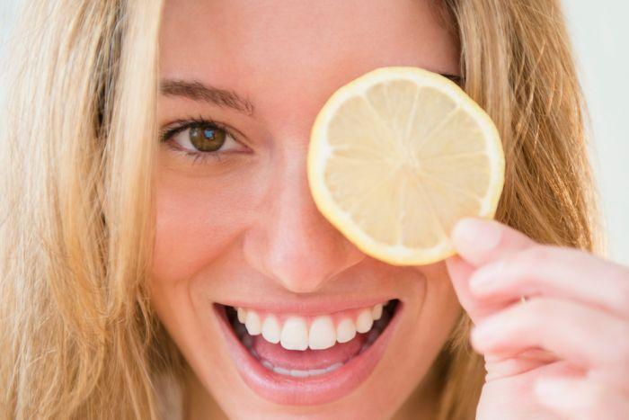 Vroeger bestonden er nog niet veel crèmes, zalfjes en serums. De mensen gebruikten natuurlijke producten om hun lichaam te verzorgen. Vraag maar eens aan je moeder of grootmoeder, ze zullen je nog wel enkel tips kunnen geven. Met citroen en citroensap zijn er veel mogelijkheden die jij waarschijnlijk nog niet weet. Deze tips kan je alvast gebruiken in je beautyritueel.