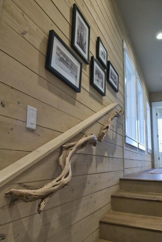 Γγρ│ Sculpture en bois flotté qui souligne la rampe d'escalier d'un intérieur tout en bois.