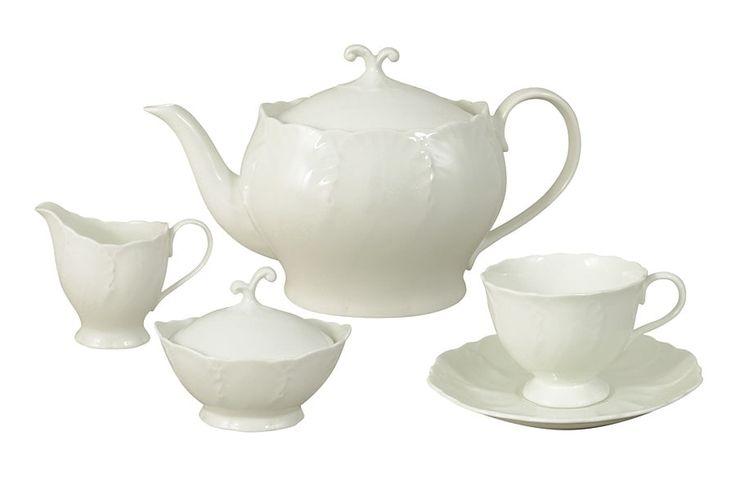 Чайный сервиз из костяного фарфора на 6 персон «Белый город»      Бренд: Narumi (Япония);   Страна производства: Индонезия;   Материал: костяной фарфор;   Коллекция: Белый город;   Количество персон: 6;   Количество предметов: 15 шт;   Объем чашки: 200 мл;   Объем чайника: 1,2 л;   Объем молочника: 550 мл;   Объем сахарницы: 140 мл;         Чайный сервиз из костяного фарфора на 6 персон «Белый город» состоит из 15 предметов:         6 чашек 0,2 л;      6 блюдец;      1 чайник 1,2…
