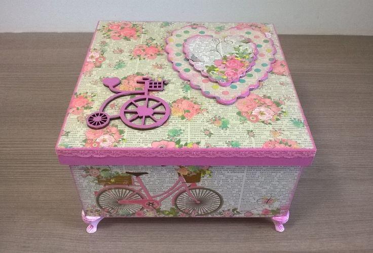 Caixa em MDF decorada com técnica de ScrapDecor. Tema BICICLETA!! Uma peça linda para decorar seu lar ou presentear!! Será uma ótima forma de guardar recordações, fotos, bijuterias, laços, tiaras, entre outros acessórios.