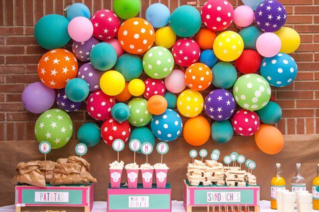 Una pared de globos y otros detalles de la fiesta - con botas de agua
