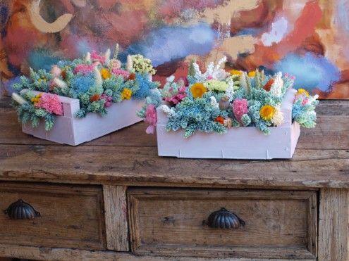 Centros de flores secas en cajas de madera. www.floresenelcolumpio.com