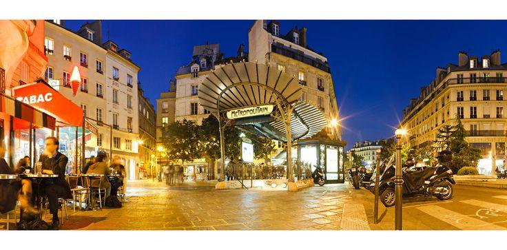 La place Sainte-Opportune et sa bouche de Métro Guimard au crépuscule