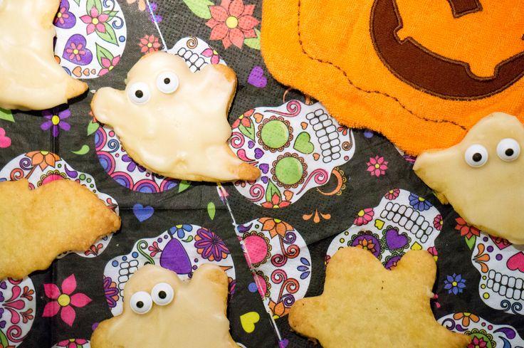 Halloween Spookkoekjes Halloween een Amerikaanse feestdag die langzaam ook naar Nederland is overgewaaid. In de winkels zie je steeds meer versieringen en allerlei soorten Halloween spullen. Bij feestdagen moet ik altijd aan koekjes denken en daarom besloot ik dit jaar eens Halloween Koekjes te maken. Een simpel suikerkoekjes recept, wat je ook voor andere gelegenheden...Read More