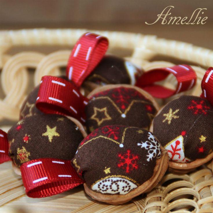 Retro+Vánoční+ozdoby+-+oříšek+-+čokoládový+Klasické+oříškové+Vánoční+ozdboby+inspirované+vzpomínkami.+Cena+za1+ks.+Látka+100%+bavlna,+výplň+PES,+++stuha+Na+přání+mohu+vyrobit+více+ozbod,+popřípadě+v+jiných+barvách.+Výška+cca+3+cm++stuha+na+zavěšení.+Průměr+ozdobycca2,5+cm.+Líbí+se+Vám+stojánek+na+ozdoby?+Je+možné+jej+zakoupit+ZDE.+:+:...
