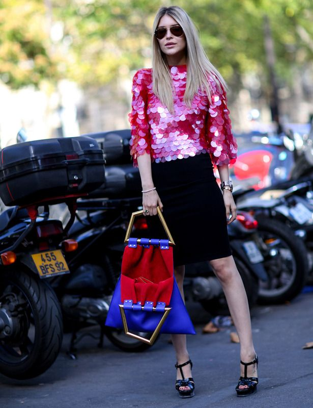 Paillettes XL El top de maxi lentejuelas rosas y el bolso bicolor se llevan todo el protagonismo de un street style completado con una falda tubo y sandalias en negro.