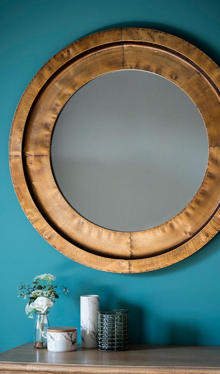 Runder goldener Spiegel mit Rahmen aus Schlagmetall