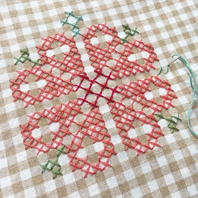 Watching the tennis and doing a spot of stitching in the garden. First time using the @lecien_fabrics yarn dyed gingham and its so lovely to stitch on. I see more gingham stitchy projects on the horizon! #ginghamfabric #lecienfabric #crossstitch #xstitch
