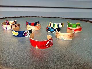 Idee moederdag: armbandjes maken van ijslolly stokjes. In water laten weken, zodat ze buigbaar worden. Daarna versieren.